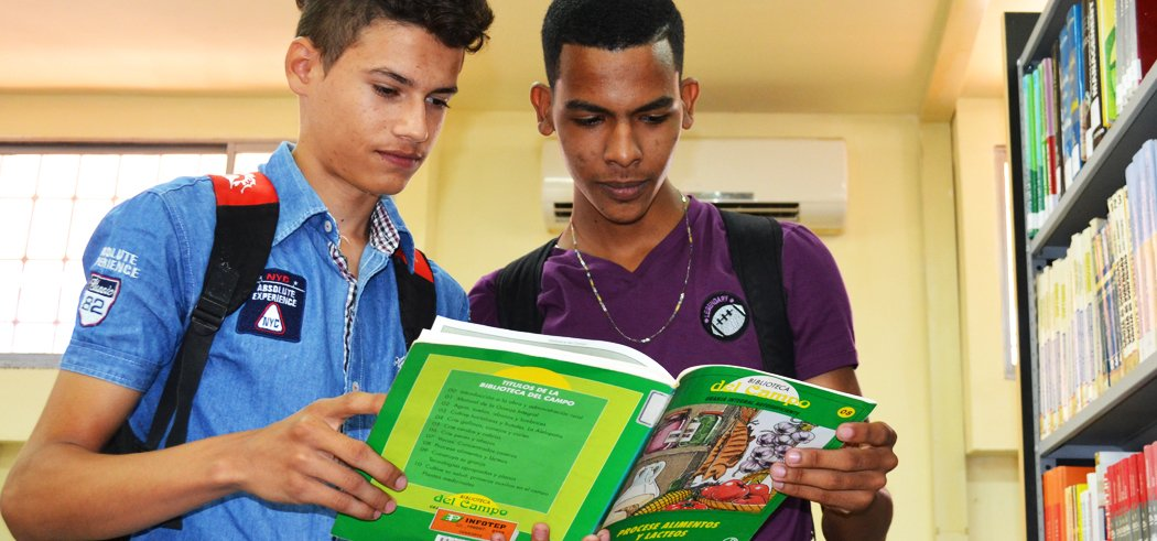 Alumnos Leyendo Libro